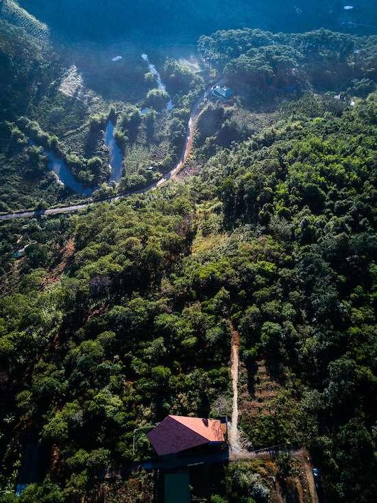 Cách đường quốc lộ 14 một đoạn không quá xa, song ngôi nhà của đôi vợ chồng trẻ từ miền Trung lên Đăk Nông lập nghiệp như ở trong thế giới riêng.