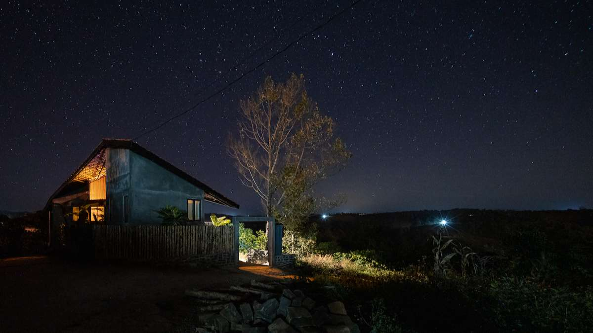 Ở khu vực không có những tòa nhà chọc trời hay những đường dây diện dọc ngang, ngôi nhà là nơi gia chủ tận hưởng mây giăng buổi sớm và bầu trời đầy sao buổi đêm.