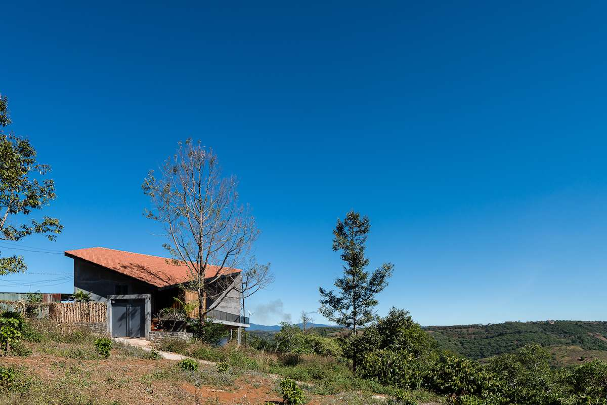 Khu đất xây nhà nằm trên ngọn đồi sát bìa rừng thuộc cao nguyên M'nông