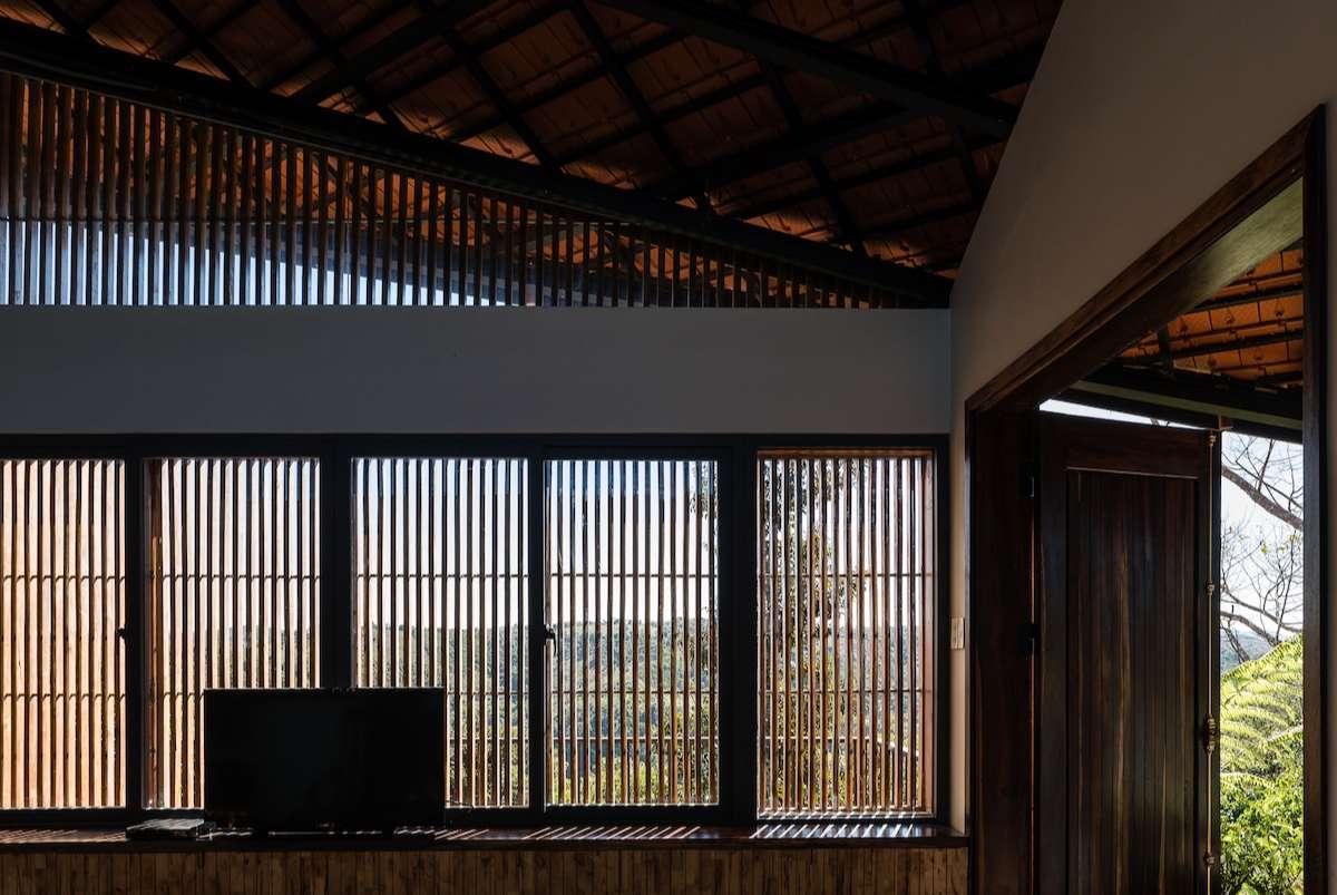 Những vật liệu như đá xây, gỗ cây cà phê, gỗ cũ đã dùng được tái sử dụng, tăng thêm chất địa phương cho ngôi nhà