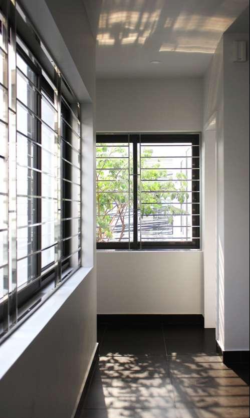 Bên trong có ánh nắng, gió luồn đến từng ngóc ngách của ngôi nhà.