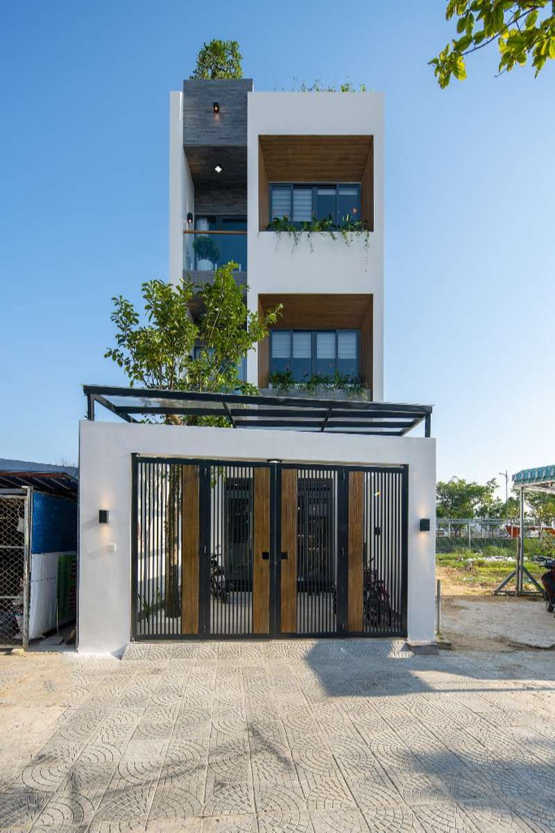 Ha'house là nhà ống có nhiều giếng trời giúp ngôi nhà đón được nhiều nắng, gió kết hợp với lan can trồng cây xanh thỏa mãn sở thích của gia chủ.