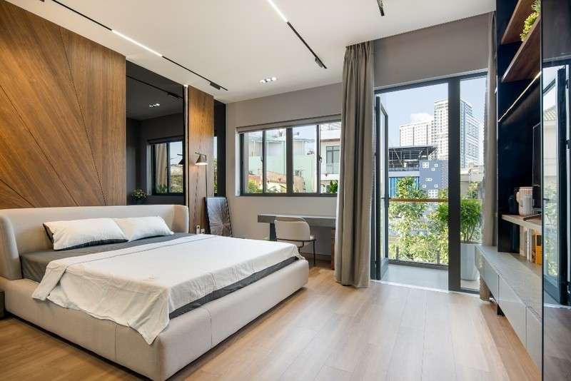 Phòng ngủ có ban công rộng thoáng và trồng nhiều cây xanh.