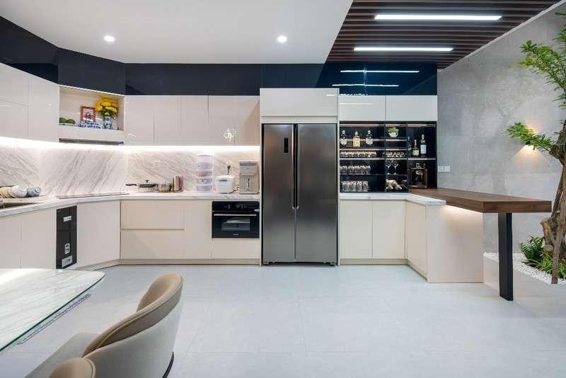 Phòng bếp được thiết kế theo phong cách hiện đại.