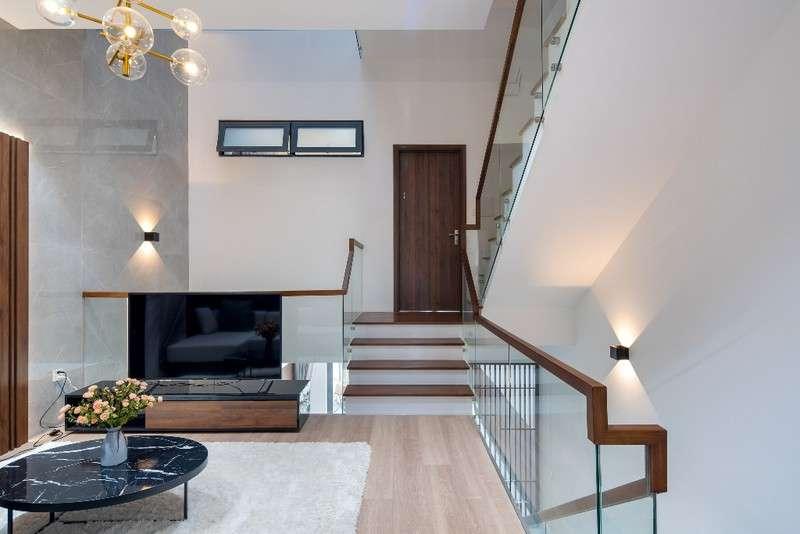 Thiết kế lệch tầng tạotầm nhìn đa dạng, phong phú với nhiều góc cạnh khác nhau. Đứng ở cầu thang bạn cũng có thể cảm nhận được ngôi nhà với những không gian mới lạ ấn tượng.